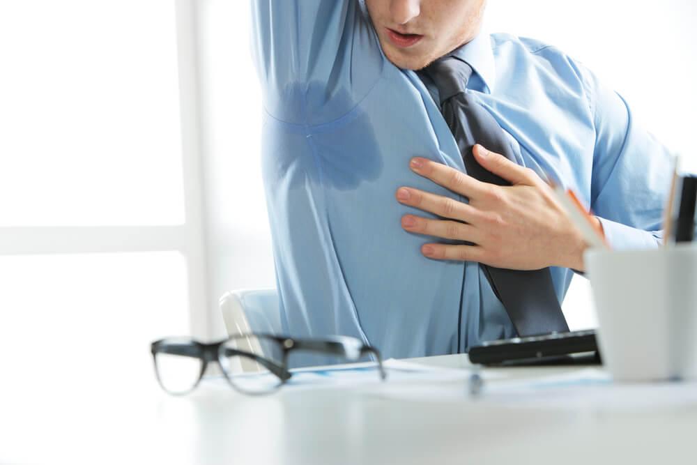 גבר במשרד סובל מהזעת יתר בבית השחי